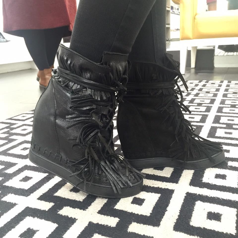 Votre hit sport chic OSMOSE shoes: basket compensée cuir noir frangée