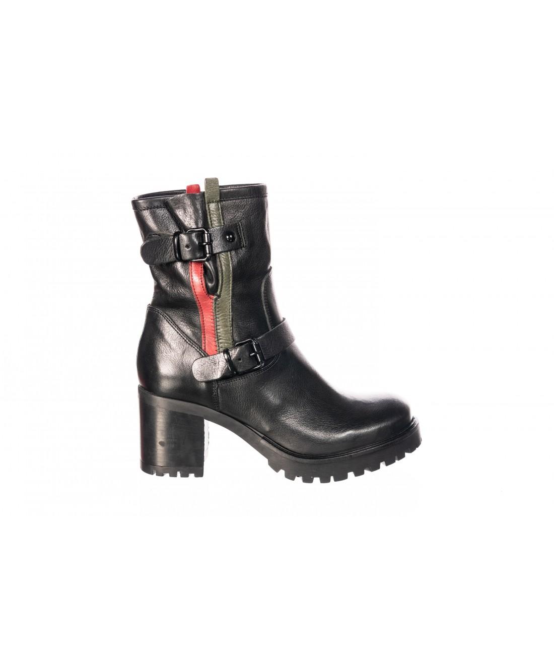 bottines noires avec liserait rouge